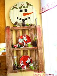 Christmas Decorating A Wood Pallet