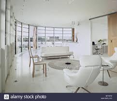 ein ultra moderne offene minimalistisch weiße wohnzimmer