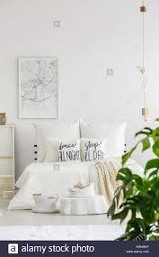 weiß und modernes schlafzimmer innenraum mit großen bett in