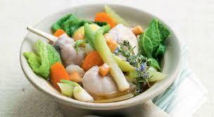 un pot au feu de lapin de légumes du potager et de croûtons