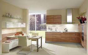 l form küche aus holz und essplatz mit sideboar in hochglanz