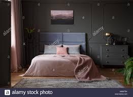 pastellfarben decke auf dem bett in rosa und blau