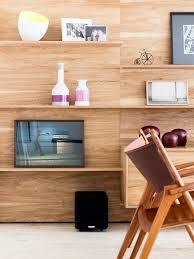 wohnzimmerwand aus holz mit dekoobjekten bild kaufen