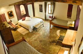 location d hébergements en gîtes et chambres d hôtes avec table d