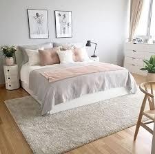 ein wunderschönes graues rosa und weißes schlafzimmer