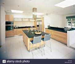 zentrale insel frühstück bar in weiße küche mit holz