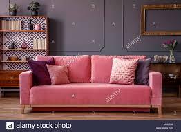 rosa samt mit dekorativen kissen in grau wohnzimmer
