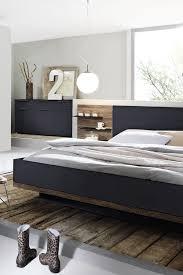 schwarz trifft holz elegante kontraste im schlafzimmer