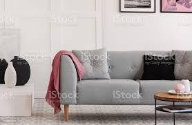 komfortables graues sofa mit kissen im eleganten wohnzimmer mit skandinavischem design stockfoto und mehr bilder aufgeräumter raum