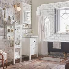 elegantes badezimmer in weiß gold spiegelschrank