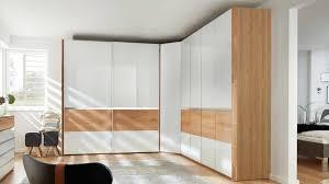 interliving schlafzimmer serie 1202 eckschrankkombination teilmassive balkeneiche weißes glas dreiteilig