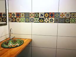 farbenfrohes badezimmer mit bunten fliesen und waschbecken