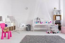 moderne schlafzimmer kleinen babys weiß wiege mit baldachin sessel und weichen grauen teppich auf dem boden