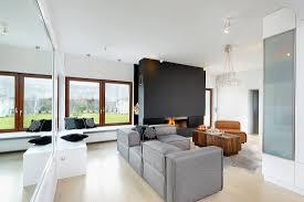 wohnraum mit grauem ecksofa und holz bild kaufen
