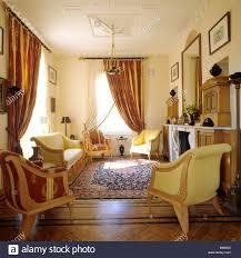 wohnzimmer mit antiken stilmöbel in einer neu erbauten