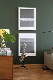 grüne wandfarbe fürs wohnzimmer mit messing und schwarz