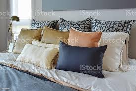 moderne schlafzimmerinterieur mit orange und gold kissen auf dem bett stockfoto und mehr bilder bett