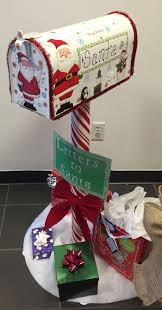 Cubicle Holiday Decorating Themes by Best 25 Santas Workshop Ideas On Pinterest Office Christmas