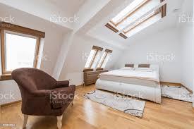 schlafzimmer innenraum im luxusloft dachgeschoss wohnung mit dachfenster stockfoto und mehr bilder architektur