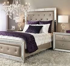 deko ideen schlafzimmer lila kissen beige nachttisch