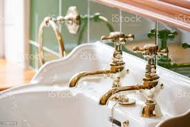 luxushotel vintage messing vergoldet säule armaturen in eigenem bad am waschbecken stockfoto und mehr bilder altertümlich