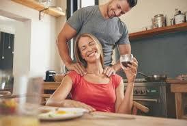couples amour cuisine awesome qui fait l amour dans la cuisine hostelo