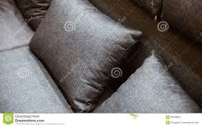 pillow graue farbe auf dem bett das im schlafzimmer braun