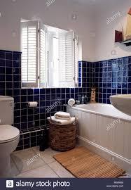fensterläden und blauen fliesen im badezimmer