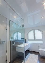 gesamtansicht weisse spanndecke lichtdecke badezimmer
