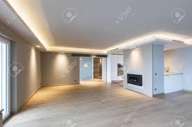 großes wohnzimmer in der modernen wohnung mit led zur decke niemand innen