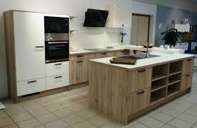 voir cuisine cuisine équipée aspect bois et laque mate avec bar à voir dans votre