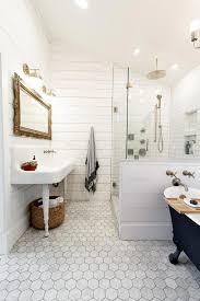 badezimmer mit vintage farmhouse waschbecken und