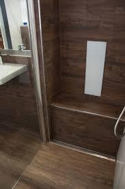 dusche sitzbank aus fliesen in holzoptik bodenebene dusche