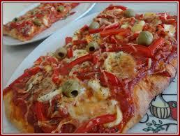 cuisiner les poivrons rouges recette pizza aux poivrons rouges et olives vertes recette pizza