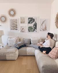 beige wohnzimmer bilderwand monstera naturposter