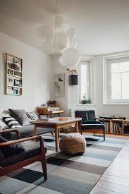 retro sessel im wohnzimmer in grautönen bild kaufen