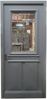 porte d entrée avec grille ancienne finition peinture