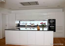 küche weiß hochglanz mit stein arbeitsplatte top