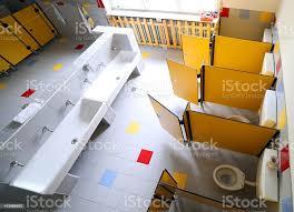 bereits im kindergarten badezimmer mit waschbecken und kabinen stockfoto und mehr bilder ansicht oben