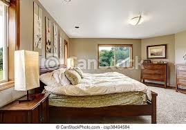 gemütliches badezimmer mit doppelbett und teppichboden