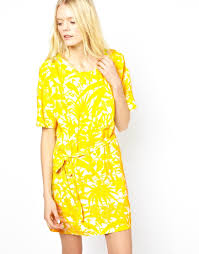 american vintage printed dress with short sleeves in yellow lyst