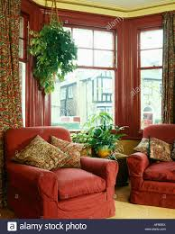 roten sesseln vor erker mit rot lackierten rahmen wohnzimmer