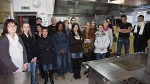 dix sept adultes en cap cuisine à la maison familiale