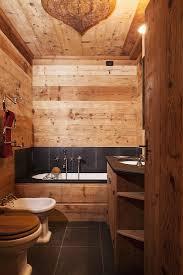 wände decke und mobiliar aus naturholz bild kaufen