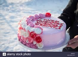 schönen kuchen mit rosa blumen in den händen eines mädchens