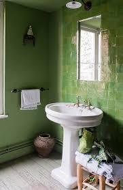 grünes bad mit waschbecken gefliester bild kaufen