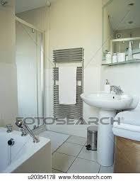 glas dusche kabinett und weiß sockel reservoir in