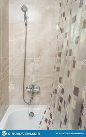 badezimmer mit vorhang aus wasserbrise mit duschdiffusor und