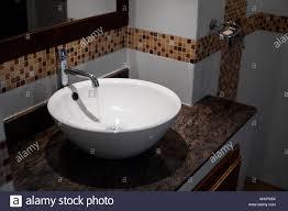 runde weiße waschbecken im badezimmer stockfotografie alamy