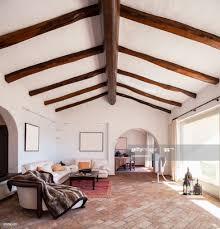 ausstattung wohnzimmer mit schönen holzbalken stock foto